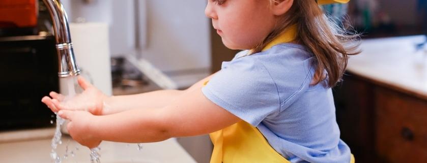 Kind händewaschen gemüse